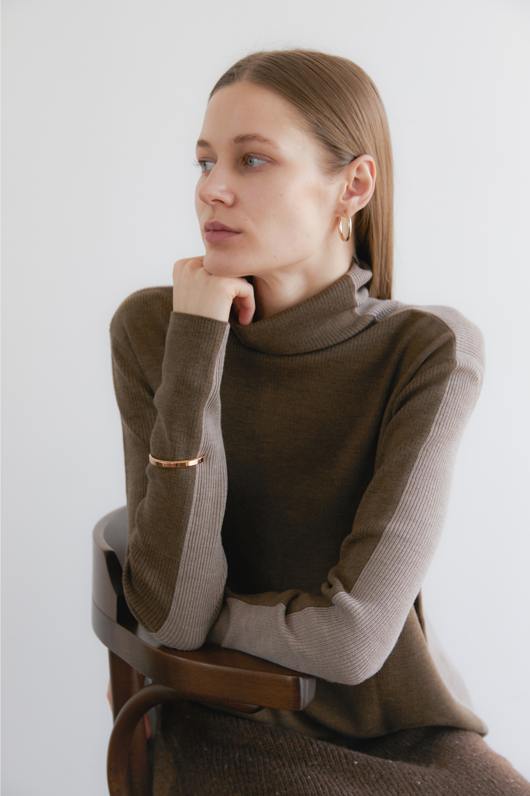 [NAMED Collection - 로로피아나] 프리미엄 이탈리안 high quality 울100% 터틀넥 Premium Italian high quality Wool 100% Ribbed soft-touch color block turtleneck - Ash Brown